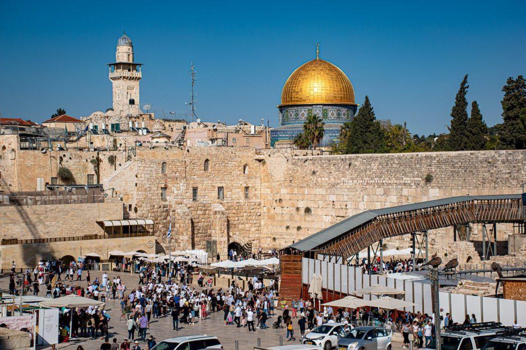 טיול בכותל המערבי בירושלים